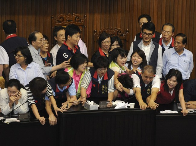 Taiwan-Parliament-Debate-Fight-Video-Kuomintang