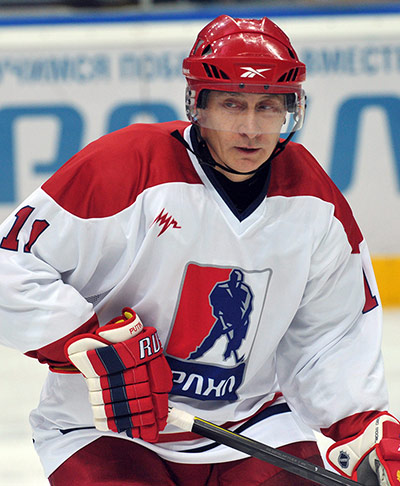 Putin playes with team of the Russian Amateur Ice Hockey League
