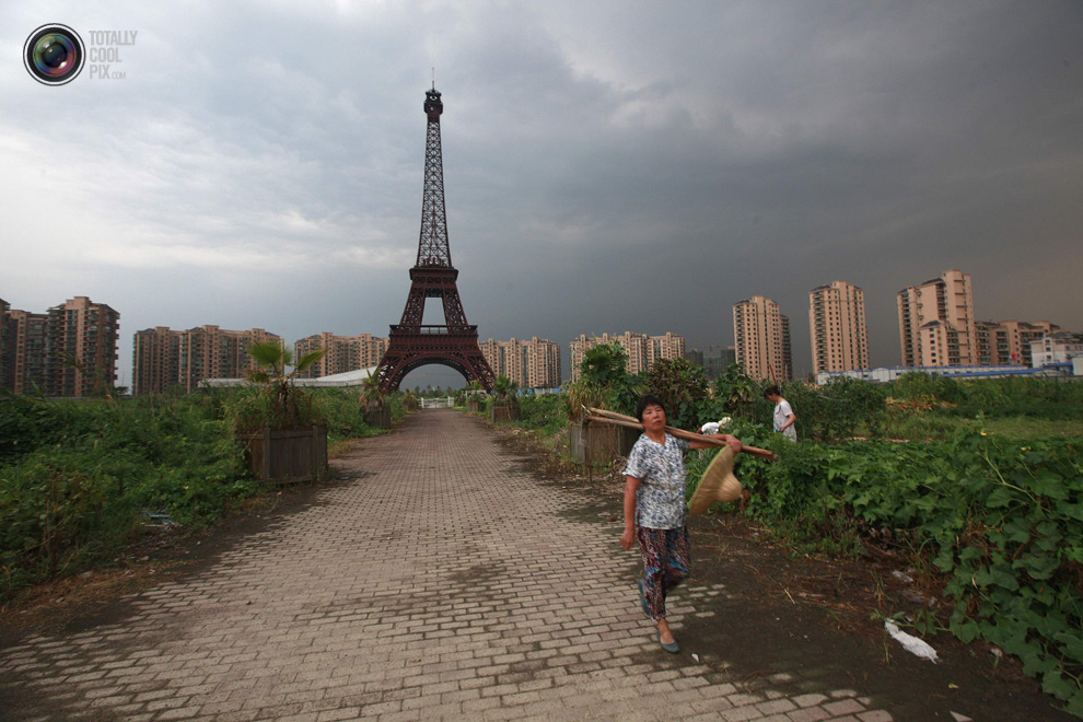Tianducheng Fake Paris In CHina - Eiffel Rower in field 2